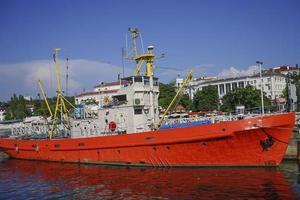 vista do mar com um navio na baía de Sebastopol, contra o céu azul. foto
