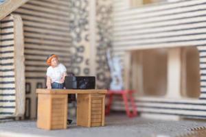 Empresários em miniatura trabalhando em casa para se protegerem do coronavírus, conceito de trabalho de casa foto