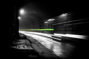um túnel escuro com trilhas claras foto