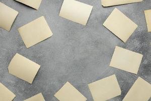 vista superior disposição das tiras de papel em branco foto