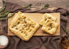 pão achatado com alecrim foto
