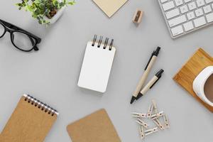 caderno em branco e canetas na mesa foto