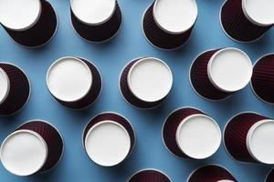 variedade de copos descartáveis ecologicamente corretos foto