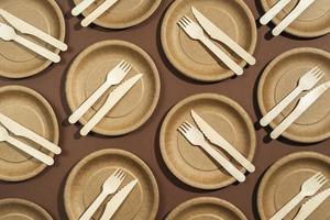 disposição plana de pratos e utensílios descartáveis foto