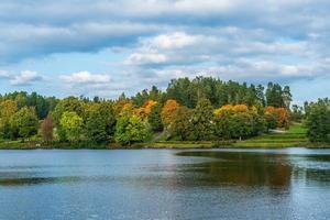 bela vista de um rio com árvores coloridas de outono foto