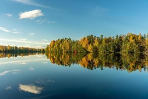 bela vista de outono do outro lado do rio dal na suécia foto