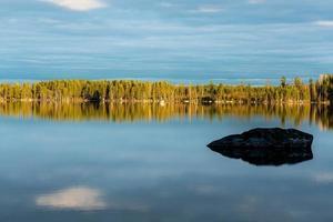 vista do verão de um pequeno lago na Suécia foto