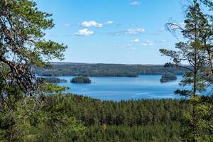 bela vista da paisagem em um lago na Suécia foto