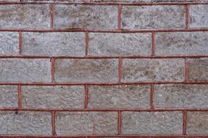 parede de tijolo velha com enchimento vermelho foto