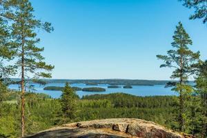bela paisagem de uma montanha cruzando um lago na Suécia foto