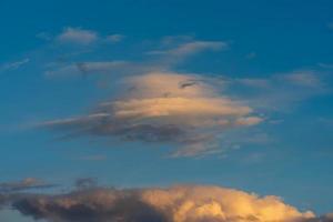 bela nuvem no sol amarelo da noite foto