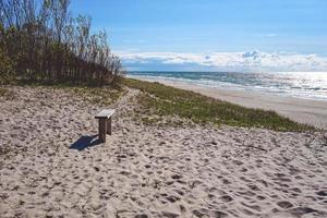paisagem marinha com litoral na costa da Curlândia foto