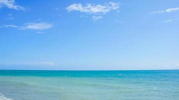 bela vista do mar com mar e céu azuis foto