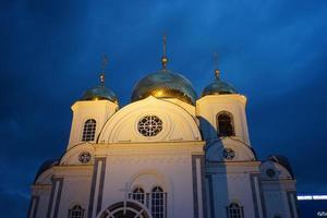 igreja cristã contra o céu noturno. Krasnodar foto