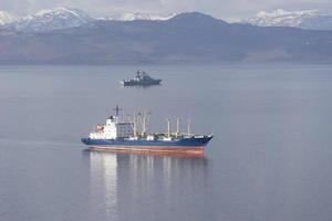 vista do mar com navios na baía de avacha. Kamchatka, Rússia foto