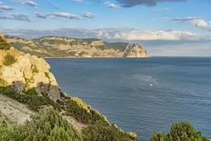 paisagem natural com mar e rochas. foto