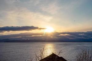 pôr do sol sobre a baía de avacha. Petropavlovsk-Kamchatsky foto