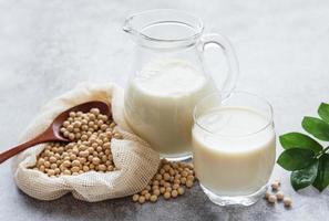 leite de soja e soja na mesa foto