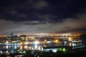 paisagem noturna com vista para a baía de diomede. vladivostok, rússia foto