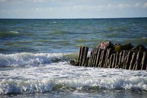 vista do mar com quebra-mares. foto