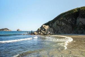 vista do mar com vista de belas rochas. foto