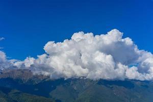paisagem de montanha contra céu azul nublado em krasnaya polyana sochi foto