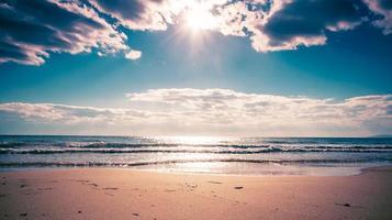 a praia de areia do mar do japão foto