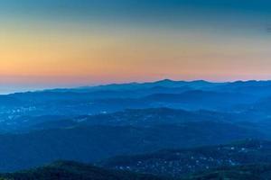paisagem montanhosa com várias fileiras de colinas ao pôr do sol. foto