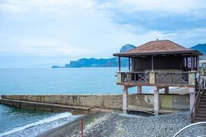 vista do mar com vista para o dique de sudak. foto