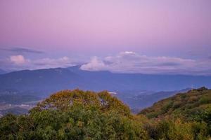 paisagem montanhosa ao pôr do sol. foto