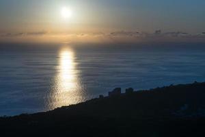 paisagem marítima com pôr do sol dramático sobre o mar negro foto