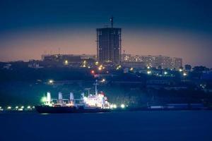 paisagem urbana com vista para a cidade à noite. foto