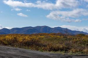a paisagem natural com uma estrada secundária. Kamchatka, Rússia. foto