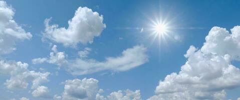 lindo céu azul claro com nuvens brancas e sol foto