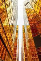 edifícios altos dourados e reflexos de vidro na ilha de hong kong, conceitos de negócios de edifícios e arquitetura foto