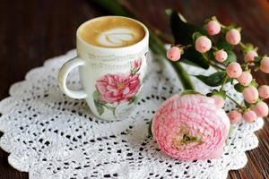 cappuccino em copo vintage com flores foto