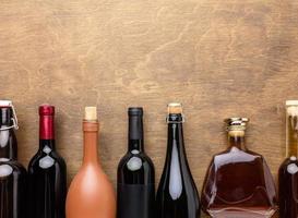 vista superior mistura de garrafas de álcool foto