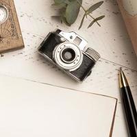 vista superior da câmera fotográfica antiga para viajar foto