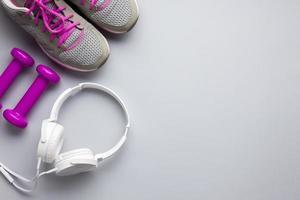vista superior atributos de esportes rosa com fones de ouvido foto
