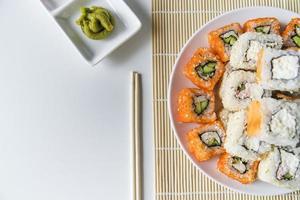 Vista superior prato de sushi com wasabi foto