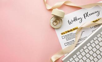 planejador de casamento e vista superior do teclado foto