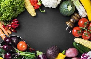 vegetais nutritivos e utensílios de cozinha foto