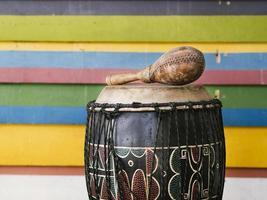 instrumentos de percussão ao lado da parede de listras multicoloridas com espaço de cópia foto