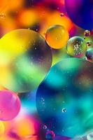 óleo do arco-íris cai na superfície da água foto