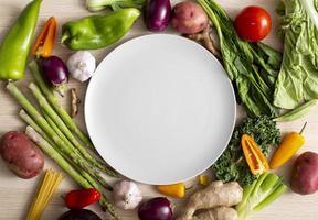 vista de cima variedade de vegetais com prato vazio foto