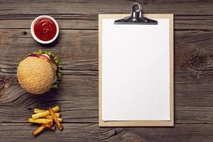 vista de cima hambúrguer com simulação de prancheta foto