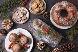 vista superior de sobremesas de natal com frutas vermelhas e pinhas foto