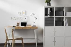 espaço de trabalho limpo e arrumado com tablet na mesa foto