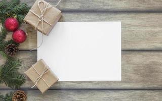 cópia em papel perto de presentes e galho de pinheiro foto