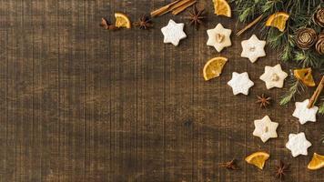 biscoitos estrela com ramos verdes e rodelas de laranja foto